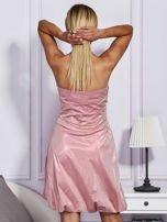 Drapowana sukienka z metalicznym połyskiem różowa                                  zdj.                                  2