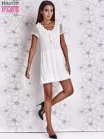 Ecru dzianinowa sukienka z żabotem i ażurowymi rękawami                                  zdj.                                  2