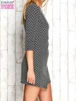 Ecru fakturowana sukienka z motywami geometrycznymi