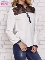 Ecru koszula ze skórzanym kołnierzykiem i koronkowym dekoltem                                  zdj.                                  3