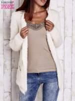 Ecru puszysty sweter z bocznymi kieszeniami