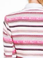 Ecru-różowy długi żakiet chanelka w paski zapinany na haczyk