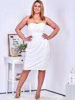 Ecru sukienka w drobne wypukłe wzory PLUS SIZE                                  zdj.                                  4
