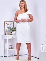 Ecru sukienka w drobne wypukłe wzory PLUS SIZE                                  zdj.                                  8