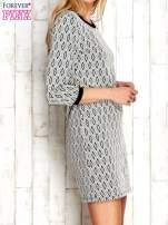 Ecru sukienka w geometryczne wzory                                  zdj.                                  3