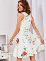 Ecru sukienka w kolorowe kwiaty                                  zdj.                                  2