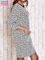 Ecru sukienka z graficznym wzorem i kieszeniami                                   zdj.                                  3