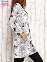 Ecru sukienka z motywem skóry węża i brokatową aplikacją                                  zdj.                                  3
