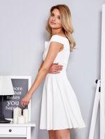 Ecru sukienka z odsłoniętymi ramionami                                  zdj.                                  5