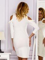 Ecru sukienka z wycięciami na ramionach                                  zdj.                                  2