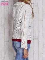 Ecru sweter z wiązaniem