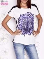 Ecru t-shirt z fioletowym zwierzęcym nadrukiem i pasiastym tyłem                                  zdj.                                  1
