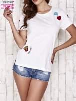 Ecru t-shirt z kolorowymi naszywkami                                  zdj.                                  1