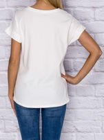 Ecru t-shirt z malarskim nadrukiem                                  zdj.                                  2