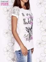 Ecru t-shirt z napisem LOVE i ażurowymi rękawkami                                  zdj.                                  3