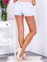 Eleganckie jasnoniebieskie szorty z ozdobną nogawką                                  zdj.                                  2