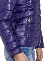 Fioletowa puchowa kurtka z błyszczącego materiału z kapturem