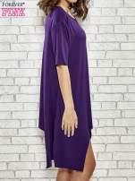 Fioletowa sukienka z wydłużanymi bokami                                  zdj.                                  3