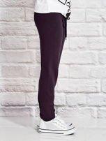 Grafitowe spodnie dresowe dla dziewczynki z flamingiem                                  zdj.                                  3