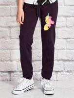 Grafitowe spodnie dresowe dla dziewczynki z jednorożcem                                  zdj.                                  1