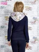 Granatowa bluza z kapturem i motywem newspaper print                                  zdj.                                  4
