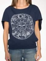 Granatowa bluza z nadrukiem tarczy zodiakalnej i szerokimi rękawami                                                                          zdj.                                                                         9