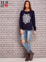 Granatowa bluza z ornamentowym nadrukiem                                  zdj.                                  2