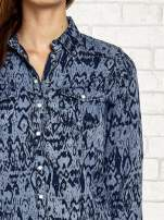 Granatowa denimowa koszula z nadrukiem                                  zdj.                                  6