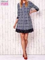 Granatowa graficzna sukienka z koronkowym wykończeniem                                                                          zdj.                                                                         2