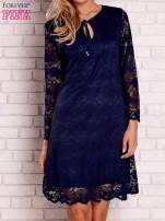 Granatowa koronkowa sukienka z wiązaniem