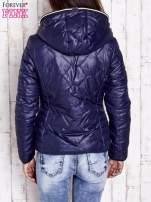 Granatowa pikowana kurtka z futrzaną podszewką                                                                          zdj.                                                                         4