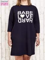 Granatowa sukienka dresowa z napisem BABE PLUS SIZE