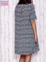 Granatowa sukienka oversize z graficznym nadrukiem