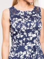 Granatowa sukienka w białe kwiaty z koronkową wstawką na górze                                  zdj.                                  5