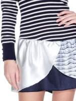 Granatowa sukienka w paski z baskinką z tkaniny                                  zdj.                                  7
