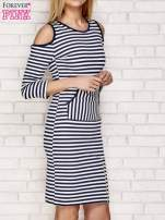 Granatowa sukienka w paski z wycięciami na ramionach