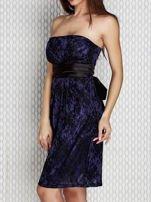 Granatowa sukienka wieczorowa z koronką i wiązaniem                                  zdj.                                  2