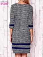 Granatowa sukienka z graficznym nadrukiem i materiałowymi wstawkami                                  zdj.                                  4