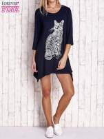 Granatowa sukienka z nadrukiem kota i błyszczącą aplikacją                                  zdj.                                  2
