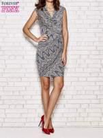 Granatowa wzorzysta sukienka z drapowaniem                                                                          zdj.                                                                         2