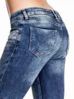 Granatowe gniecione spodnie skinny jeans z efektem marmurkowym                                  zdj.                                  6
