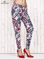 Granatowe lejące spodnie z motywem grochów i kwiatów