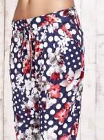 Granatowe lejące spodnie z motywem grochów i kwiatów                                  zdj.                                  8