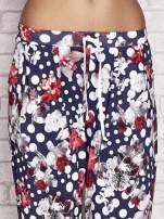 Granatowe spodnie capri w grochy