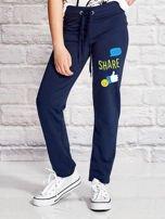 Granatowe spodnie dresowe dla dziewczynki z emotikonami                                  zdj.                                  1