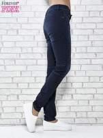 Granatowe spodnie skinny jeans biker z przeszyciami                                  zdj.                                  2