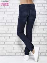 Granatowe spodnie skinny jeans biker z przeszyciami                                  zdj.                                  3