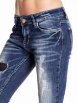 Granatowe spodnie skinny jeans z czarnymi łatami                                  zdj.                                  5