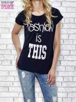 Granatowe t-shirt z napisem FASHION IS THIS z dżetami                                                                          zdj.                                                                         1