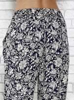 Granatowe zwiewne spodnie alladynki we wzór kwiatków                                                                          zdj.                                                                         7